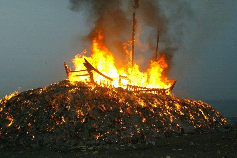 迎王科儀的末端儀式,是將王船焚化送離,因此常被簡化為僅有燒王船的儀式,忽略整個迎...
