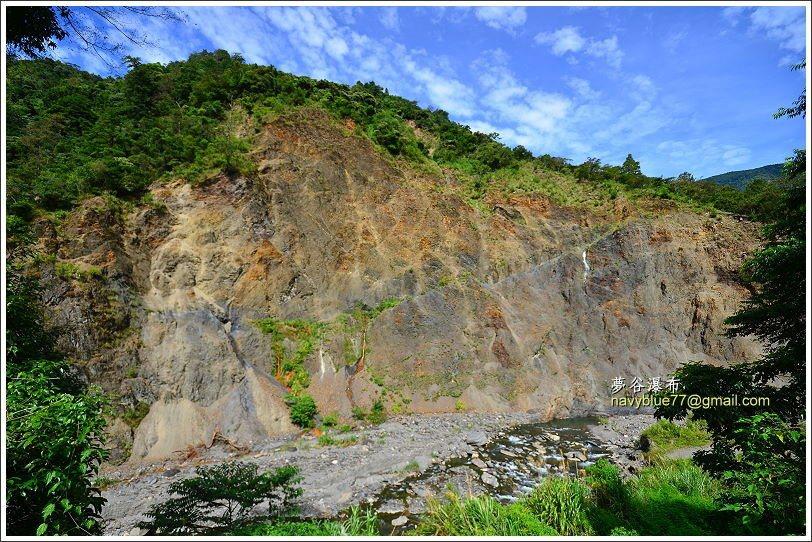 ↑在玫瑰農場對面南山溪邊,矗立著這樣一大片岩壁。