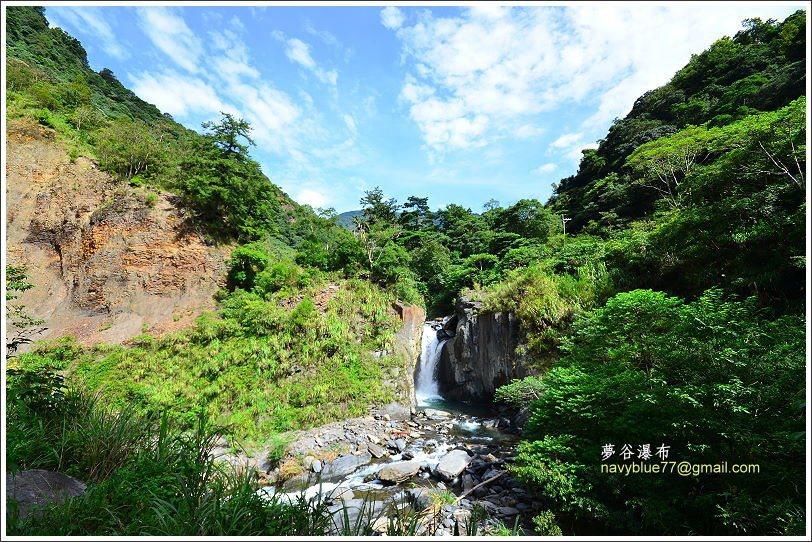 ↑由停車處走入約5分鐘,就可以在溪邊高處看到夢谷瀑布懸立在對面山谷中。