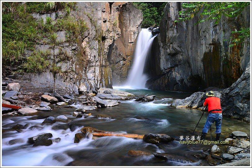 再前行,就看到隱身在夢谷中的瀑布。
