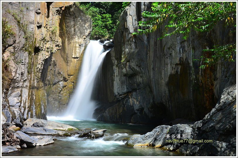 夢谷瀑布高約15公尺,整個南山溪的水在此傾洩而下,崖壁上的岩石節理也很漂亮。