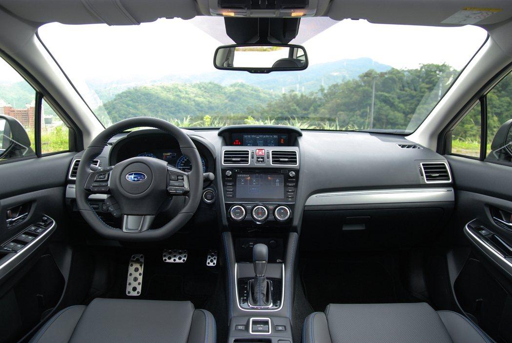 Subaru Levorg 內裝使用大量霧黑、霧銀飾版增添質感。