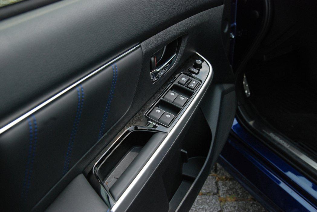 車門把手凹槽也重新設計,在握感上較為厚實。 記者林鼎智/攝影