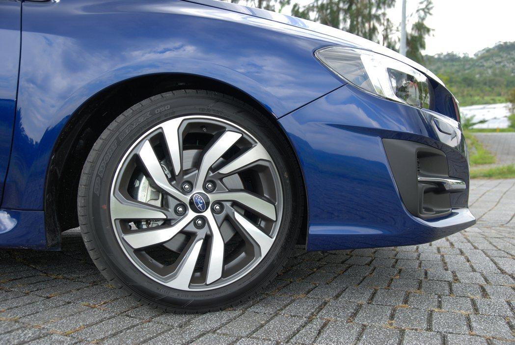1.6 GT-S 車型輪框規格為 225/45 R18(1.6 GT 車型則是 215/50 R17),原廠配胎為 Dunlop sp sport maxx 050。 記者林鼎智/攝影