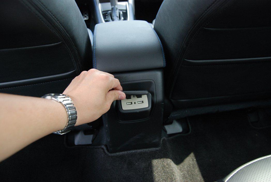中央扶手後方設置兩具 USB 插孔。 記者林鼎智/攝影