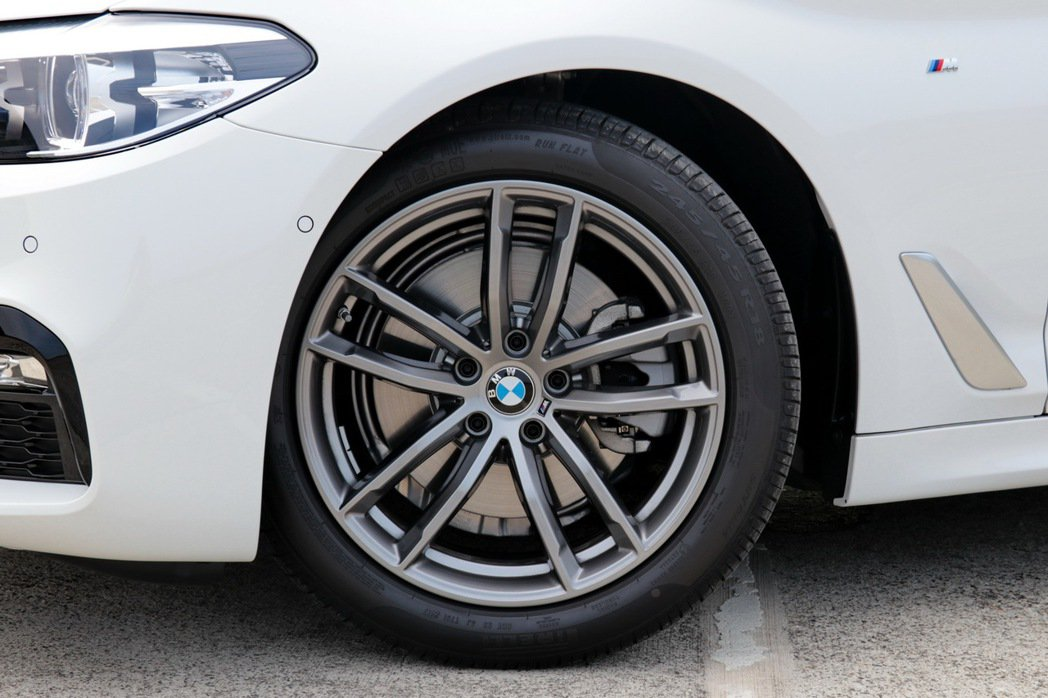 BMW 520i M Sport配備18吋M款輪圈。 記者陳威任/攝影