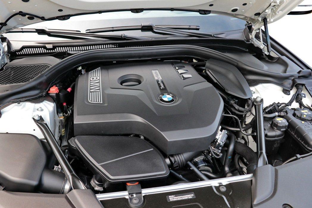 BMW 520i M Sport搭載TwinPower Turbo直列4汽缸渦輪引擎。 記者陳威任/攝影