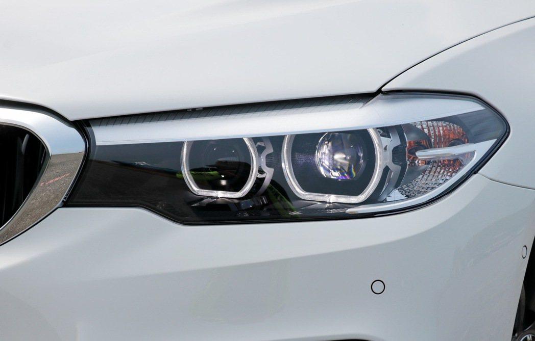 全新造型LED頭燈及LED前霧燈是車頭的第一印象,日行燈也從過去的四圓造形改為具科技感的六角形線條。 記者陳威任/攝影