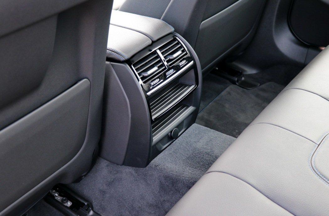 BMW 520i M Sport後座有冷氣出風口,但少了高階車型配備控制溫度的電子面板。 記者陳威任/攝影