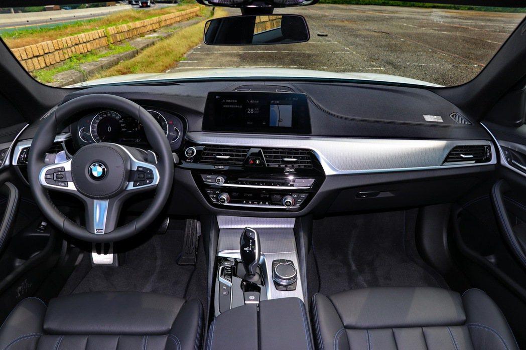 BMW 520i M Sport內裝一應俱全。 記者陳威任/攝影
