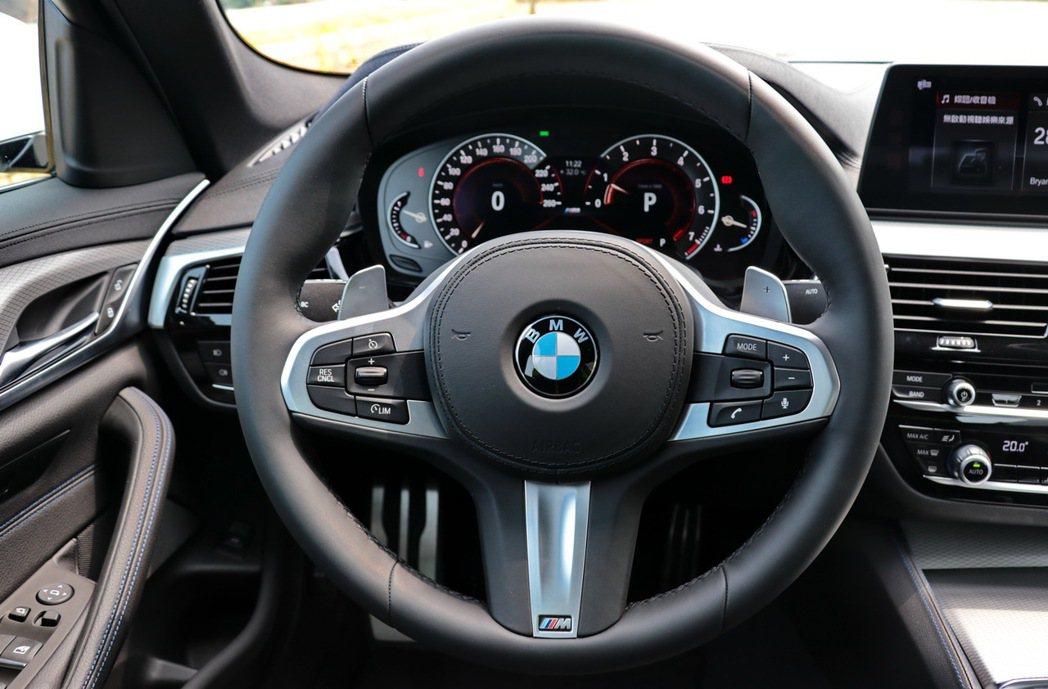 BMW 520i M Sport配備M款多功能真皮方向盤含換檔撥片。 記者陳威任/攝影