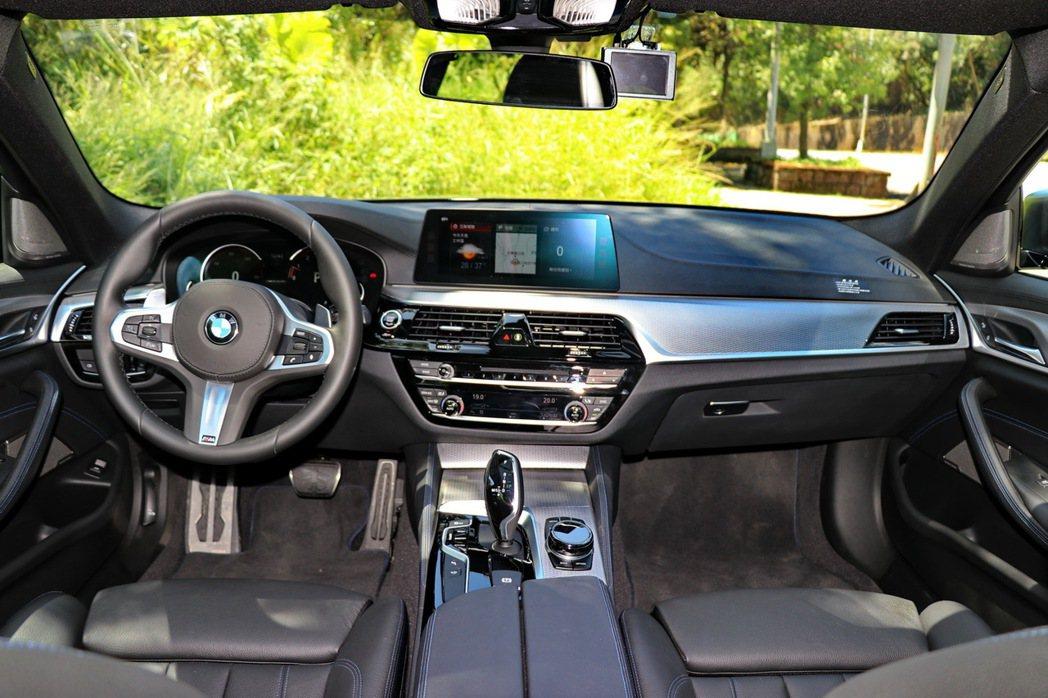 BMW M550i xDrive內裝維持5系列的豪華及科技感。 記者陳威任/攝影