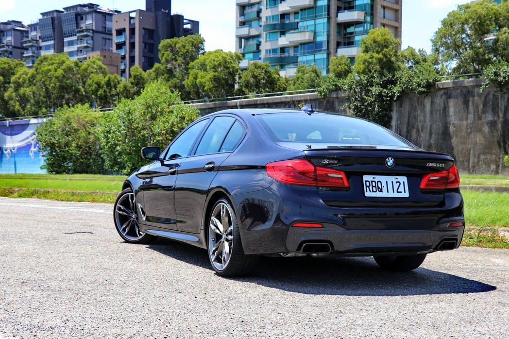 BMW M550i xDrive在低調外型中深藏驚人動力。 記者陳威任/攝影