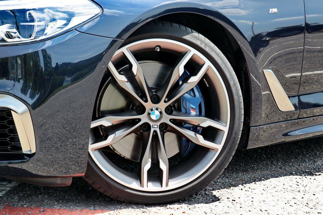BMW M550i xDrive配備20吋M款專屬輪圈。 記者陳威任/攝影