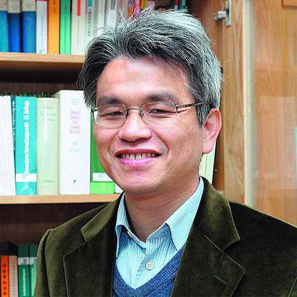 陳英鈐雖為無黨籍,仍被藍營指與部分綠營人士來往密切。 翻攝自國立中央大學網站