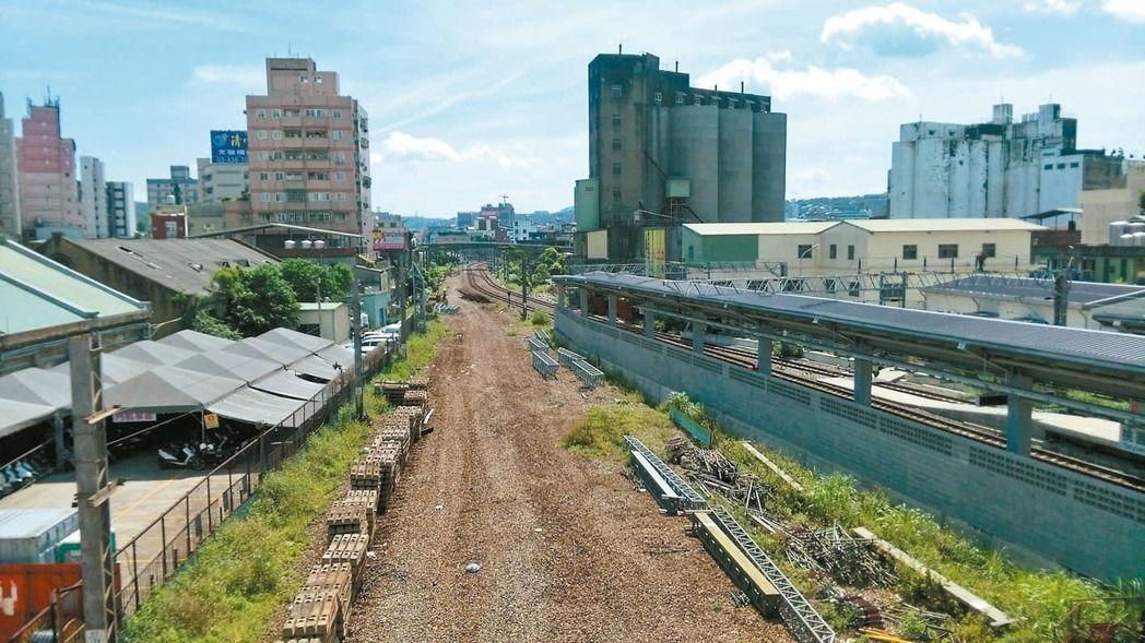 桃園鐵路地下化計畫歷經多次審查、研商,行政院上月31日終於核定該計畫可行性評估,...