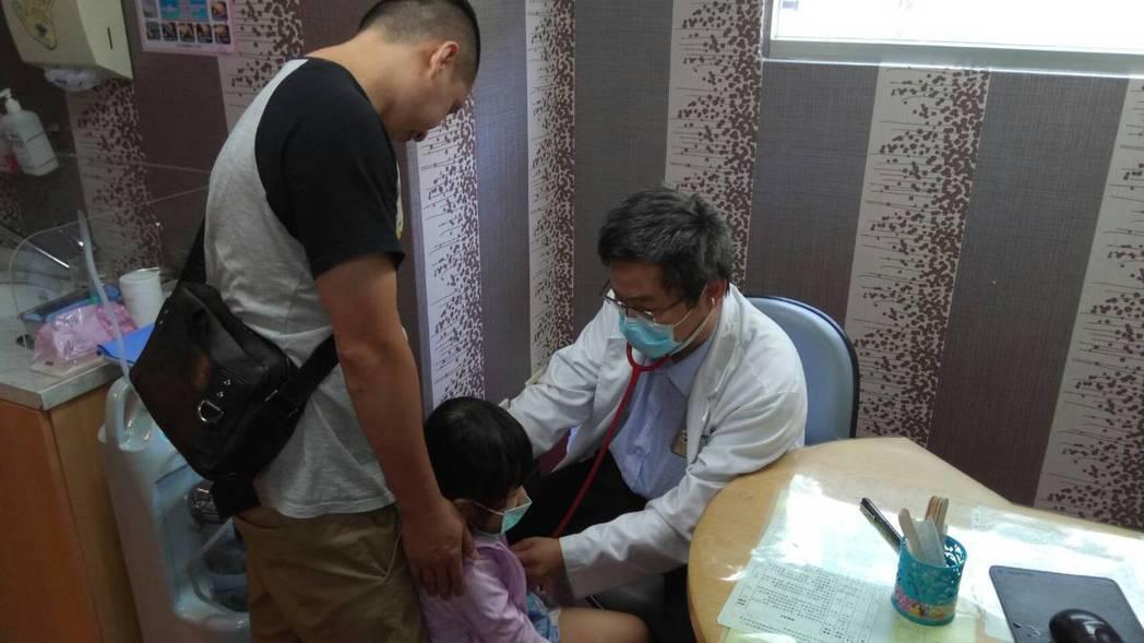 天氣持續飆高溫,頭份市為恭醫院小兒科主任李浩遠提醒注意防範中暑。圖/為恭醫院提供
