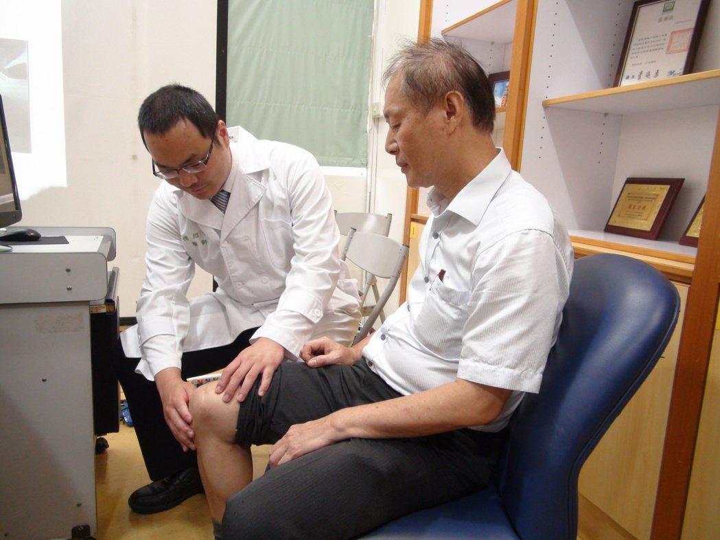 台大雲林分院骨科醫師傅紹懷(左)表示,門診中有2成老人同時有骨質疏鬆症及退化性關...