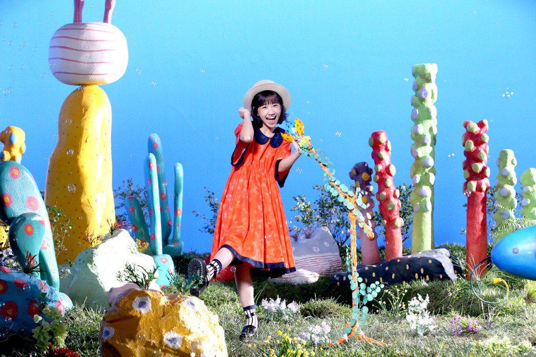 LuLu新歌MV搭出夢遊仙境般的實景。圖/環球提供