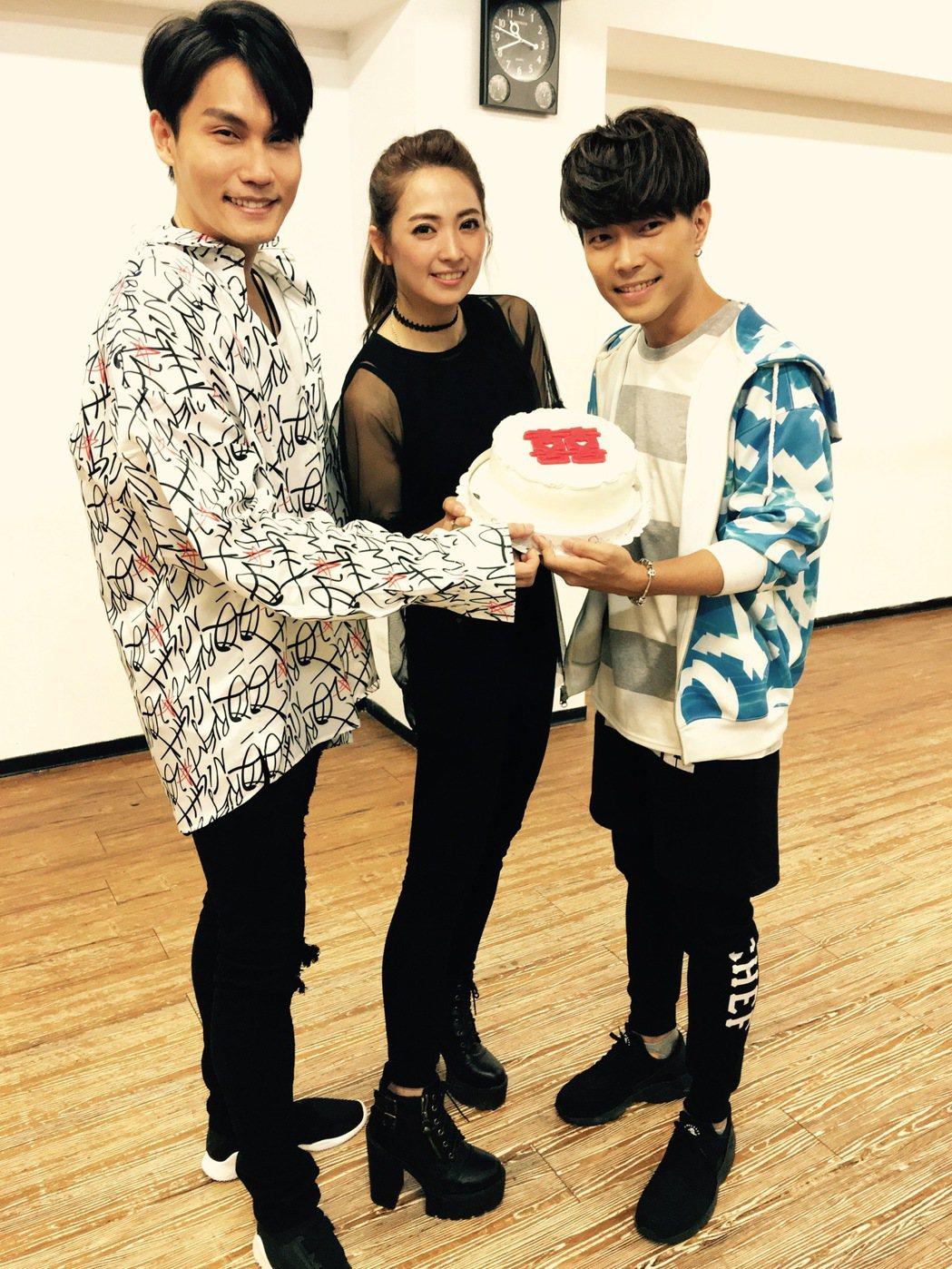 周定緯(左)與許仁杰 練舞,阿喜探班。圖/好舒服音樂