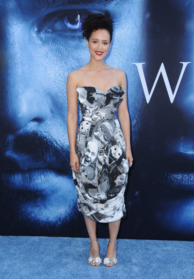 娜塔莉伊曼紐爾穿著Vivienne Westwood秋冬圖像印花馬甲禮服。圖/V...