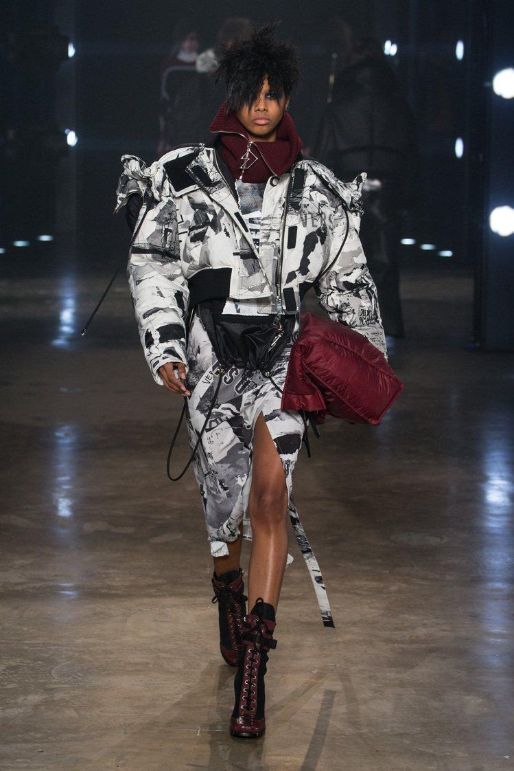 蔡依林穿的Versus Versace秋冬黑白印花夾克窄裙套裝。圖/Versac...