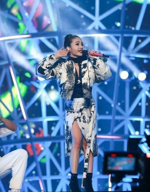 蔡依林穿著Versus Versace秋冬新裝於上海阿里88寵愛無限演唱會表演。...