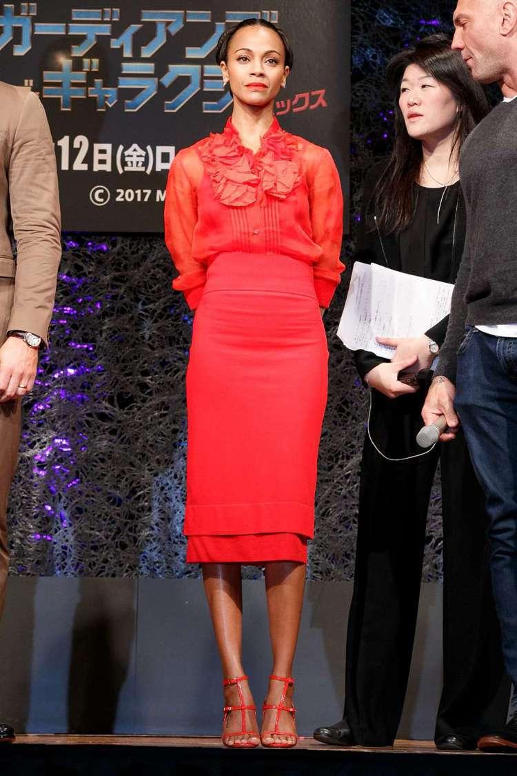 柔伊莎達娜身穿GIVENCHY 2017秋冬紅色洋裝。圖/PINTEREST提供