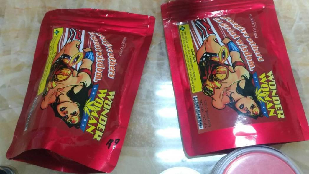 神力女超人包裝袋藏有大麻毒品。記者蕭雅娟/翻攝
