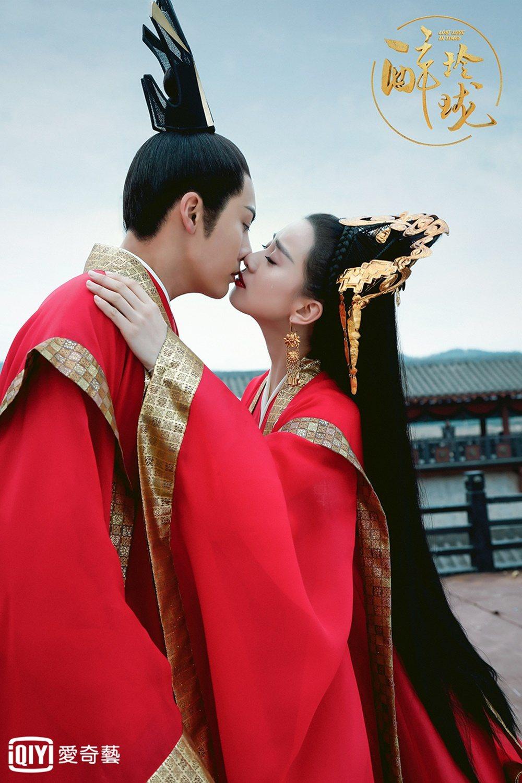 劉詩詩(右)與陳偉霆在「醉玲瓏」中上演吻戲。圖/愛奇藝台灣站提供