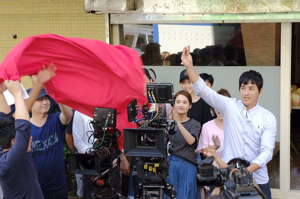 藍正龍(右)為「前男友不是人!?」開鏡掀紅布。圖/八大提供
