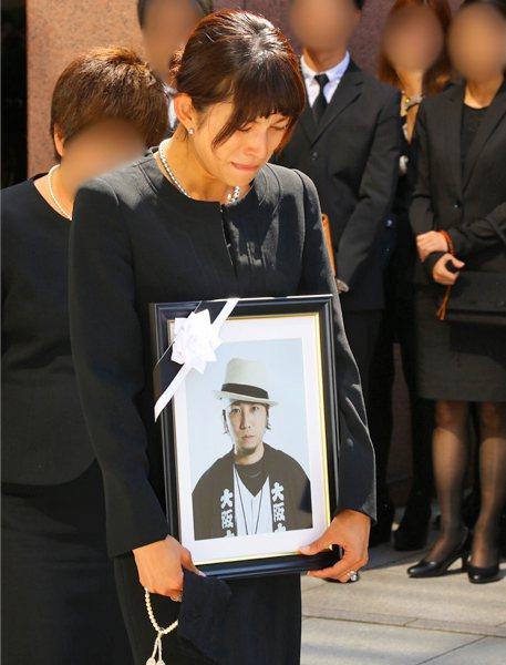 上原多香子3年前在告別式上棒著老公TEEN的遺像。圖/摘自newspostsev...