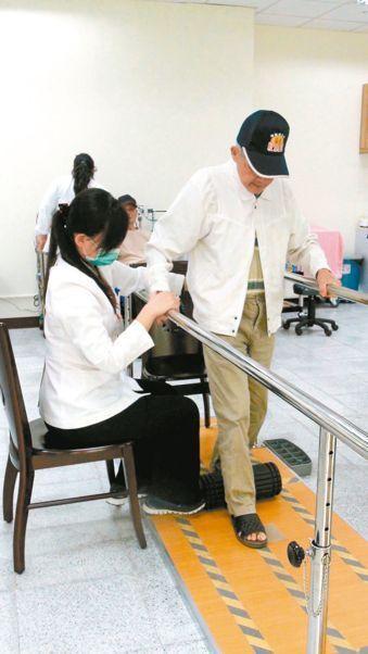 衛福部新修正「物理治療所設置標準」,讓想專職做居家物理治療服務的治療師,簡化開業...