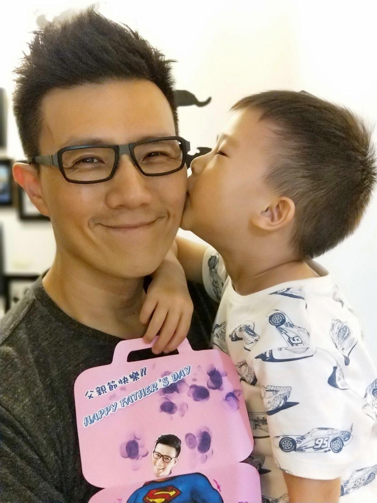 蔣偉文收到大兒子做的父親節卡片相當感動。圖/艾迪昇提供