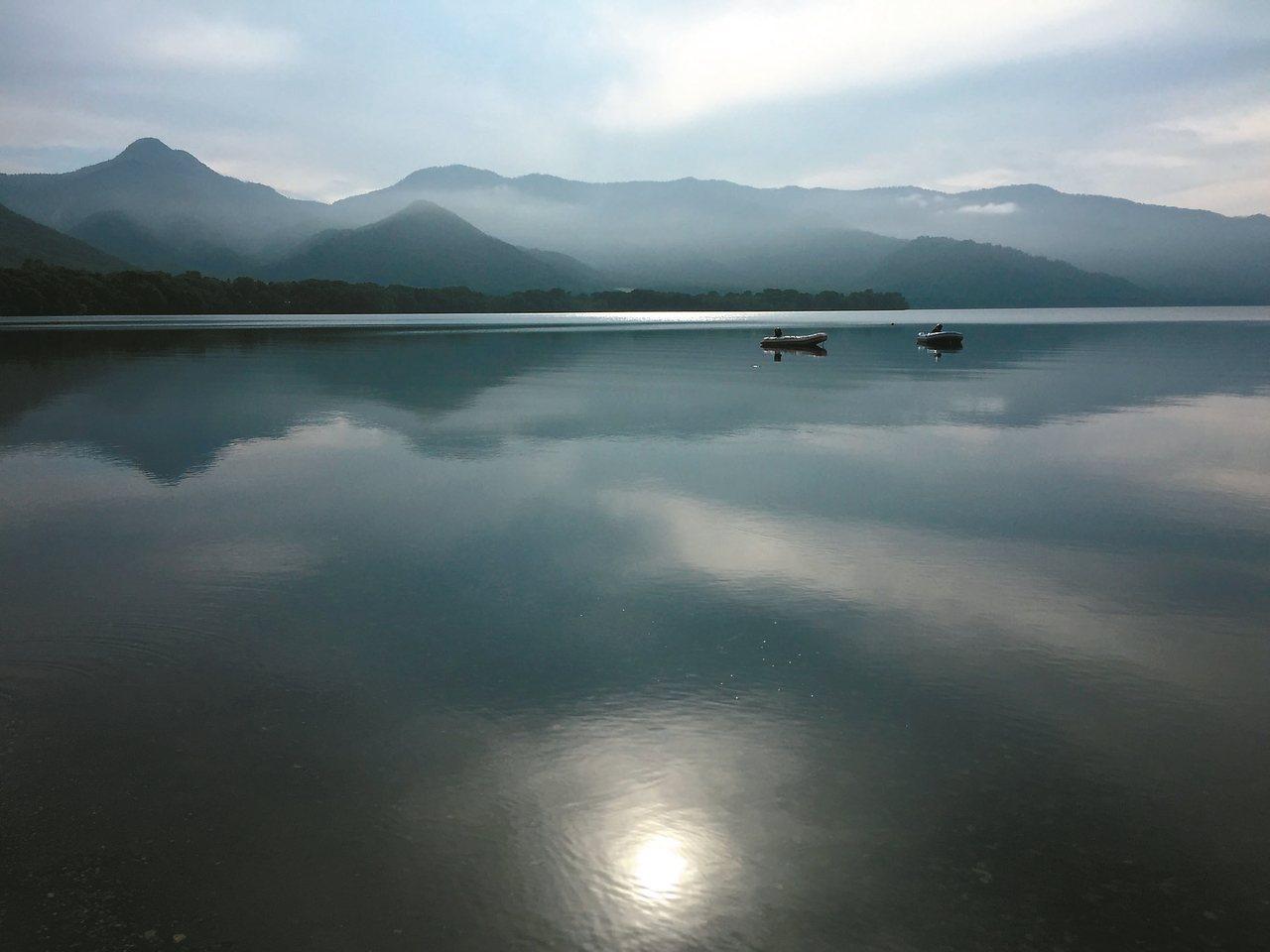 圖二:屈斜路湖霧靄迷濛。 蔣勳
