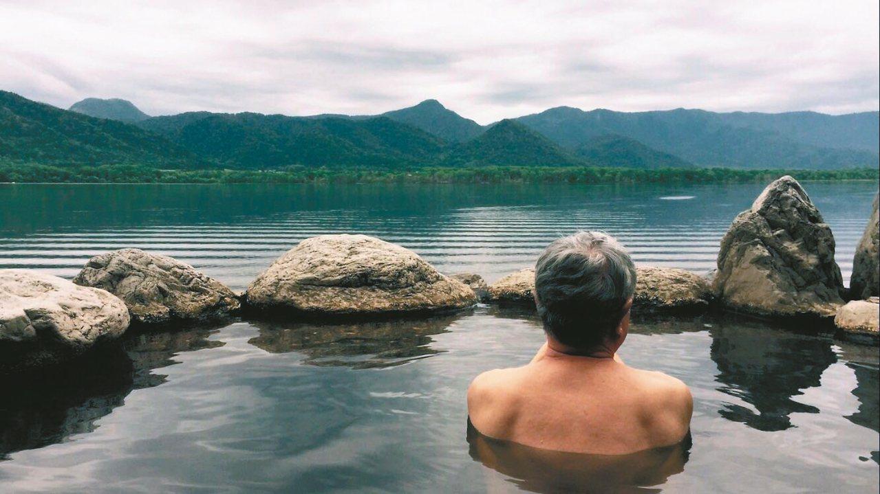 圖三:屈斜路湖畔野湯眺望湖景。 蔣勳