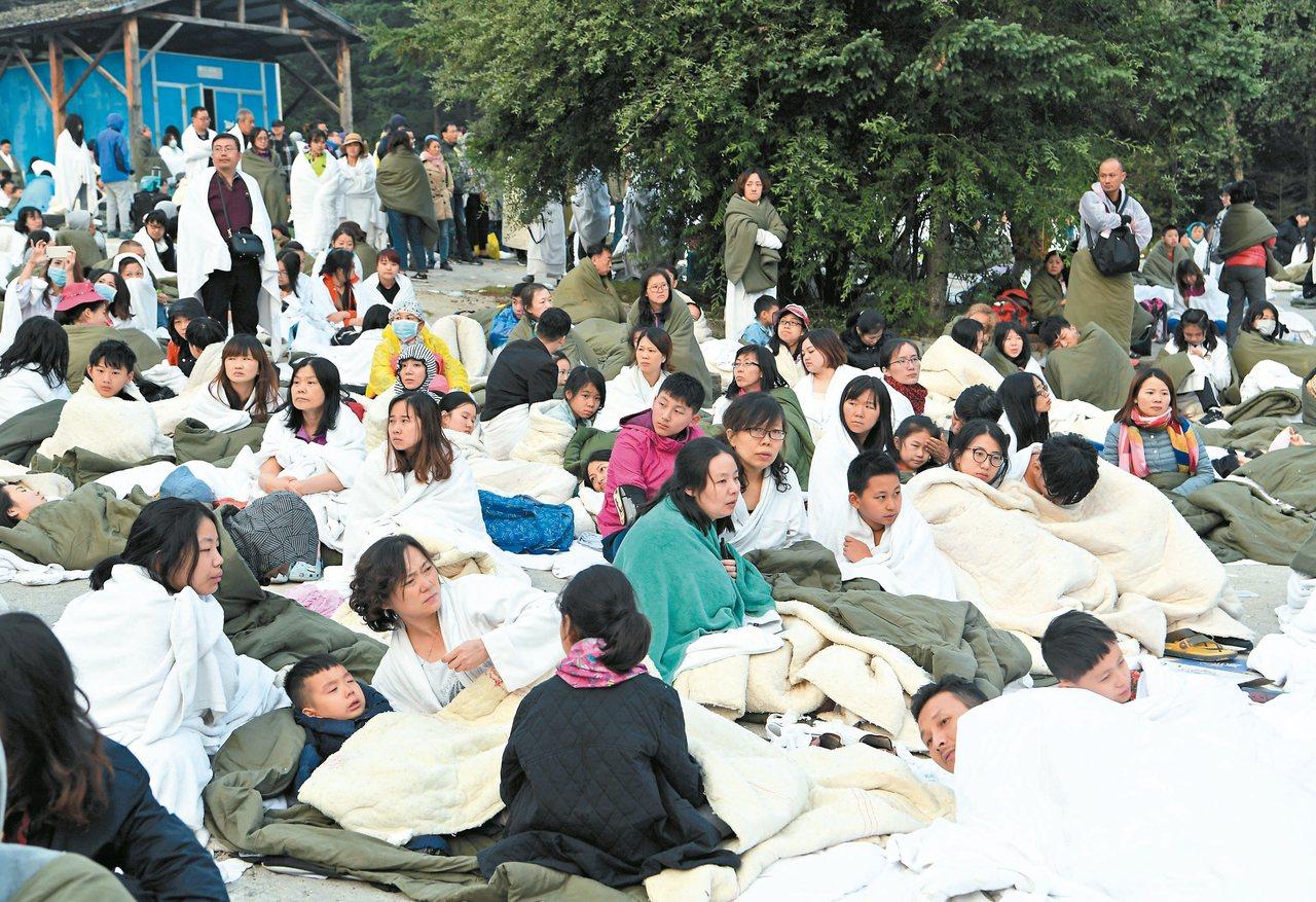 遊客被集中九寨天堂洲際大飯店停車場等待救援疏散。 新華社