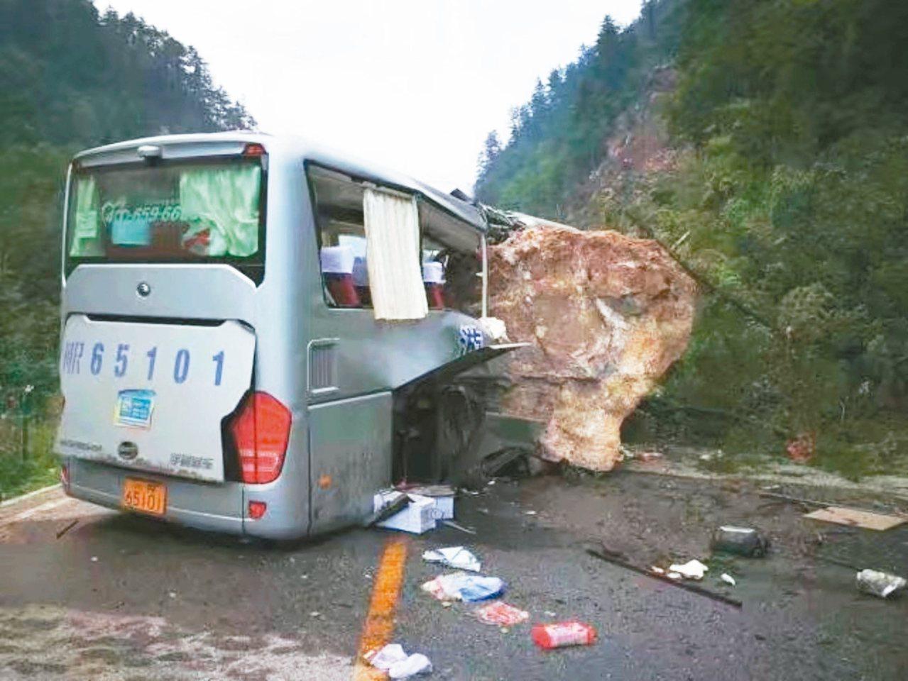 一輛遊覽車被掉落的巨石砸中,造成多人死傷。 新華網