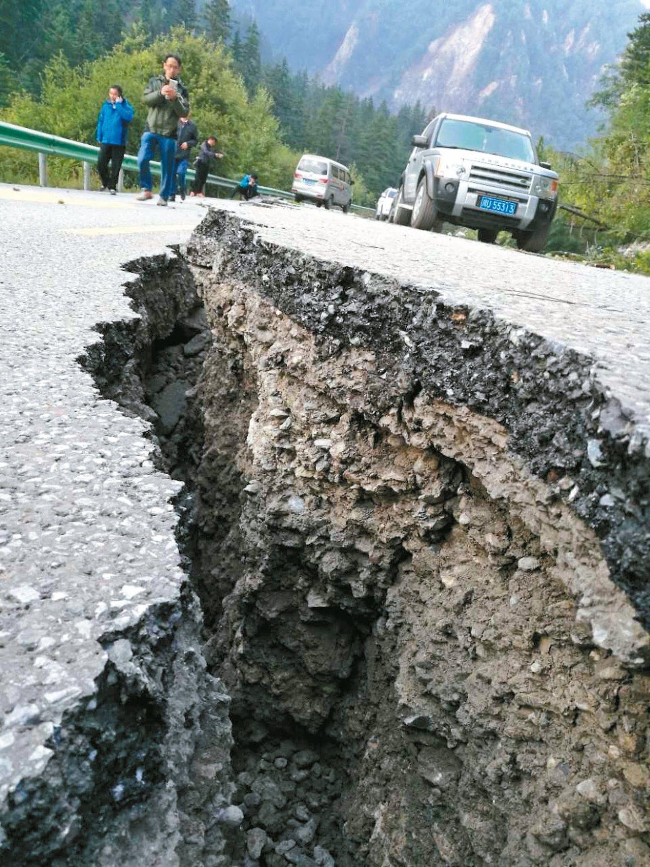 四川省松潘縣至九寨溝的觀光公路出現裂縫。 中新社