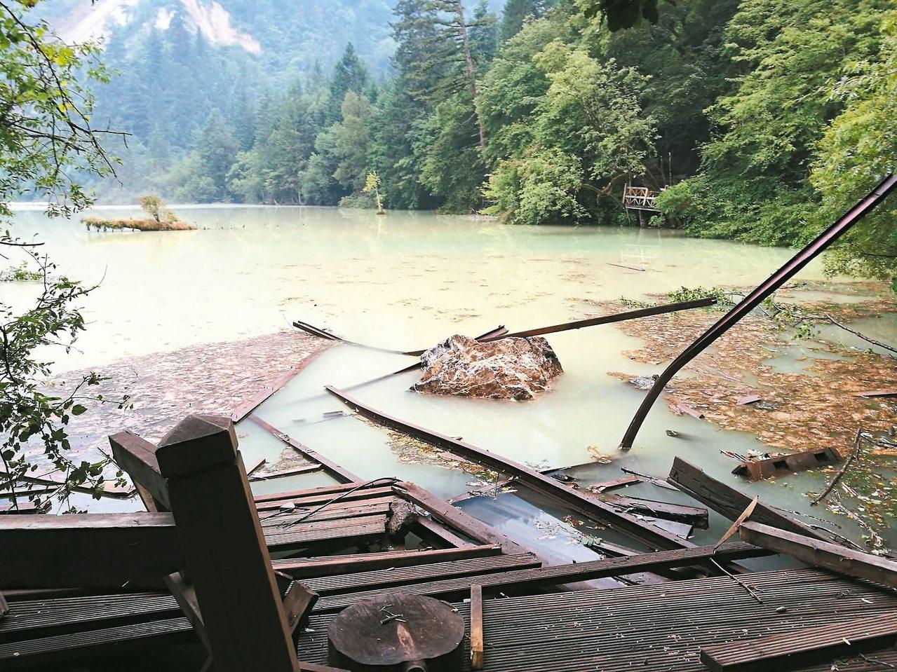 圖為五花海震後受損景像。 新華社