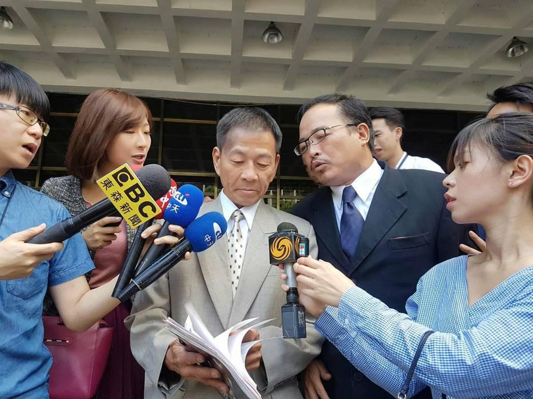 曾槍擊蔡正元服務處的男子翁炳堯(中),今天前往北檢控告馬英九教唆殺人。 記者張宏...