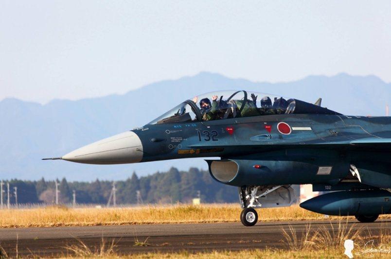 日本空中自衛隊的F-2戰機也被我國航迷拍到類似的畫面,將裝有個人物品的頭盔袋「塞...