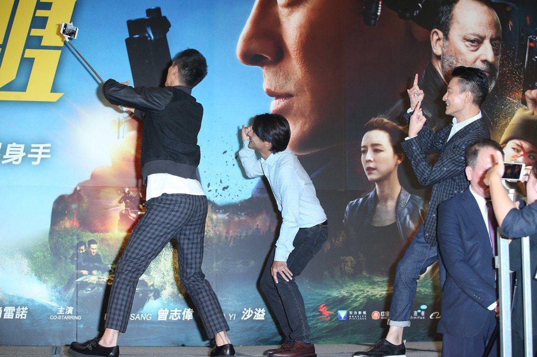 劉德華(右)出席俠盜聯盟映前見面會,與粉絲互動。記者陳瑞源/攝影