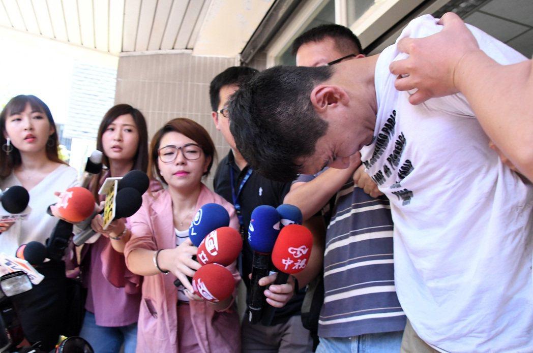 經過連日追捕,闖入民進黨中央黨部行竊的趙準基(右)終於落網。 圖/本報系資料照片