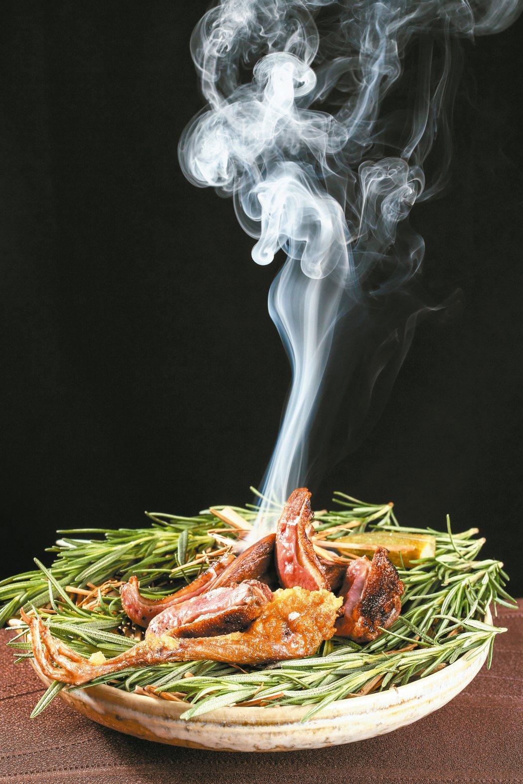 以馬告調味、備長炭燒烤的乳鴿 迷迭香,可搭配30年的梅山蒔茶。 圖/陳正興、陳瑞...