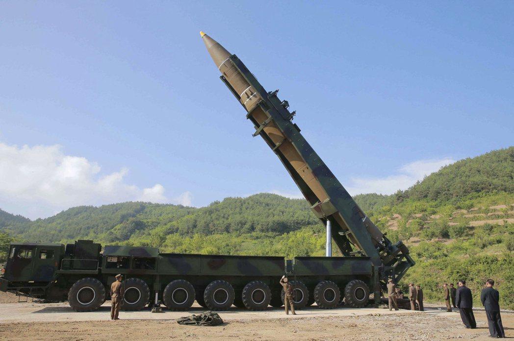 北韓官方朝中社發布的照片顯示,北韓領導人金正恩(右下方)正視察火星-14型洲際彈...