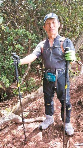苗栗縣山友黃兆欣攀登加里山逾300次,防滑秘訣是在登山鞋外套上襪子。