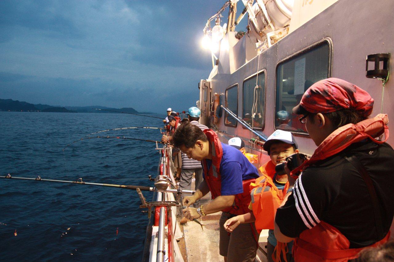 深澳漁港近期力推海釣,港內有不少娛樂漁船業者。 圖/新北市農業局提供