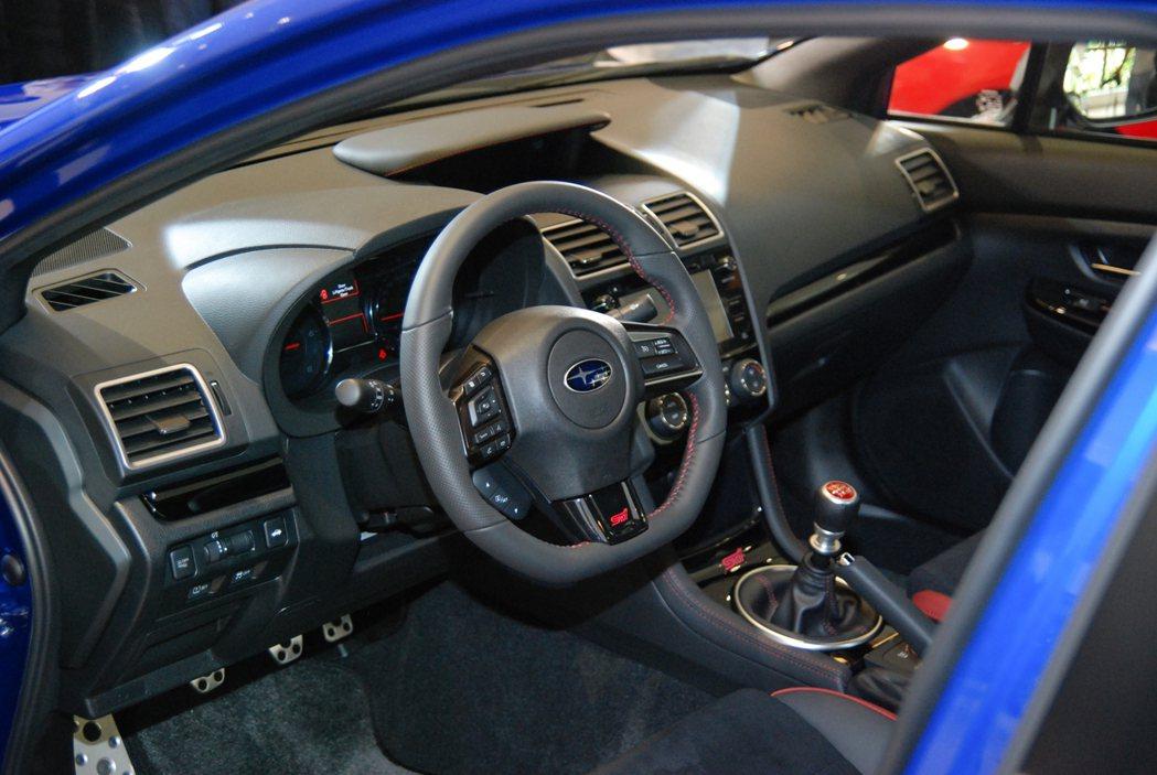 圖為 WRX STI 車室內裝。 記者林鼎智/攝影