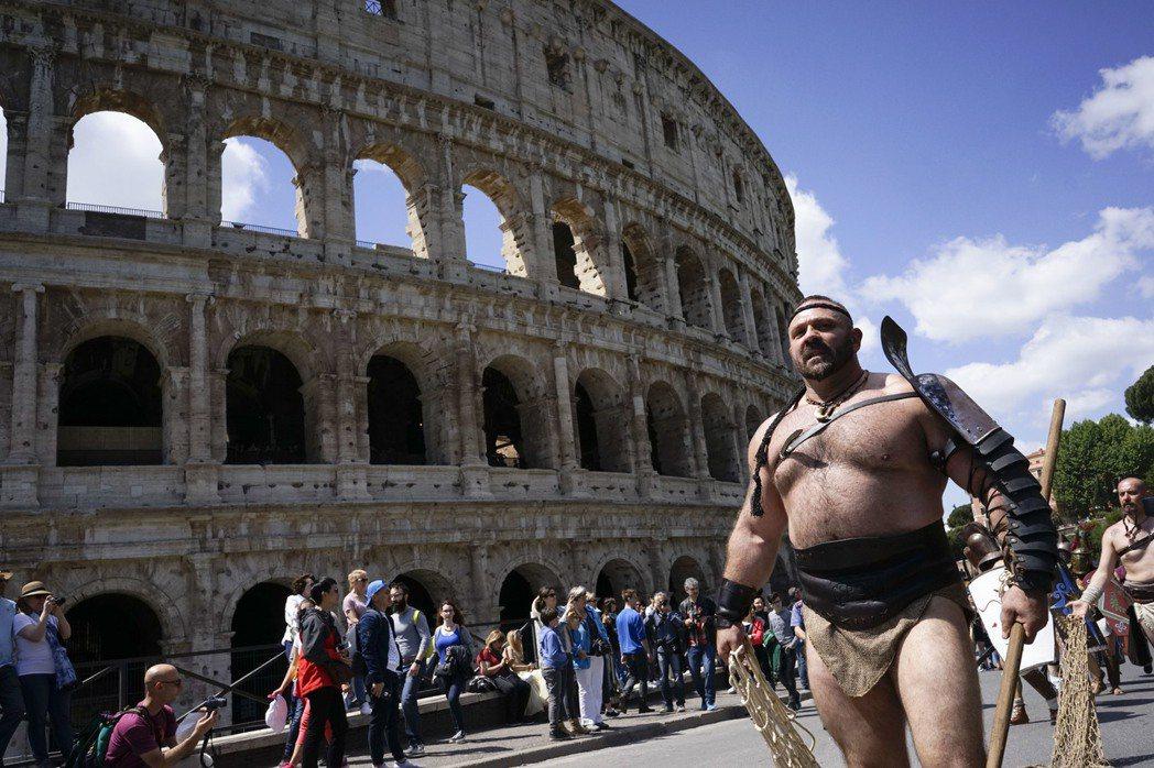 羅馬市府禁止任何人穿著古裝假扮歷史角色,提供他人拍照,違者將以「違反公共秩序」的...